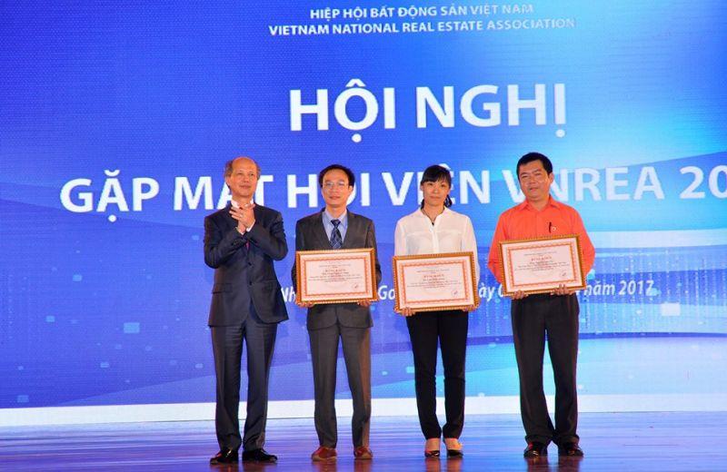 Tổng Biên tập Tạp chí điện tử Bất động sản Việt Nam Phạm Nguyễn Toan (thứ 2 từ trái sang) cùng hai thành viên Hiệp hội nhận bằng khen của Chủ tịch Hiệp hội BĐS Việt Nam.