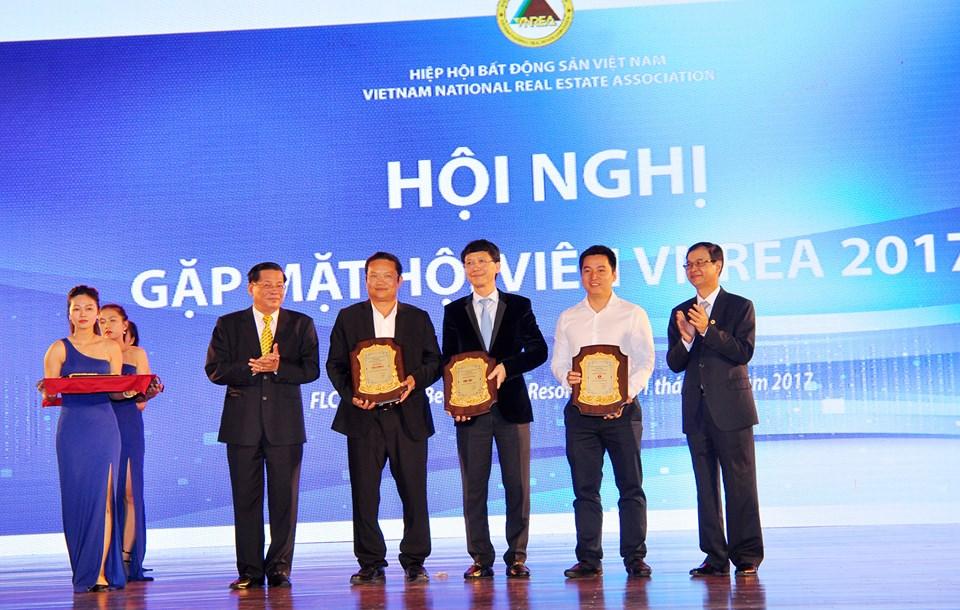 Hiệp hội BĐS Việt Nam tặng kỷ niệm chương cho các nhà tài trợ