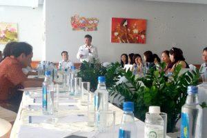 Giám đốc Công ty TNHH SXTMDV Bạch Việt Đinh Tiến Sử đang giải thích với khách hàng đang đòi nợ và đòi lại căn hộ du lịch tại khách sạn Bavico ở Nha Trang ngày 20-8-2017 - Ảnh: PHAN SÔNG NGÂN