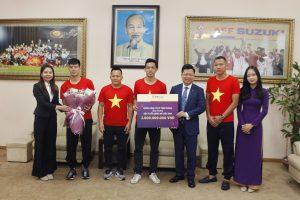 Đại diện TPBank, Tổng giám đốc Nguyễn Hưng trao thưởng 2 tỷ đồng cho đội tuyển tại trụ sở Liên đoàn bóng đá Việt Nam.
